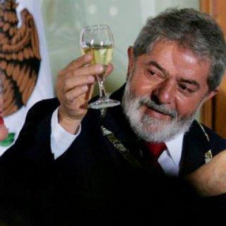 http://www.deixanogelo.com.br/wordpress/wp-content/uploads/2010/08/lula+bebendo.jpg